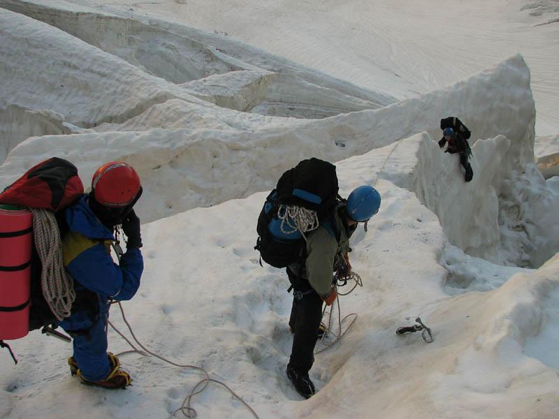 Преодоление ледовых разломов в нижней части ледопада