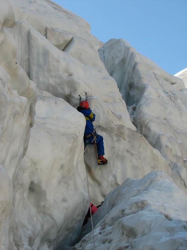 Провешиваем крутой участок в верхней части ледопада